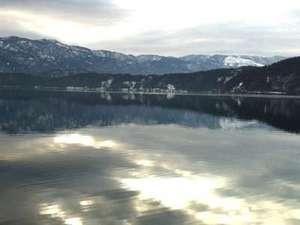 冬の朝の澄んだ水月湖