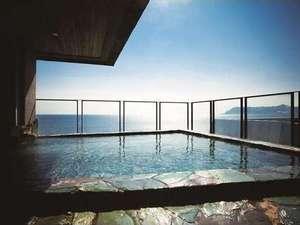 【展望露天風呂】函館山側◇地上30mから一望する津軽海峡と函館山。函館山側からは夕日風呂を楽しめます。