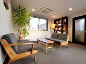 【椿の書棚】カフェスペースのような落ち着いた空間です。