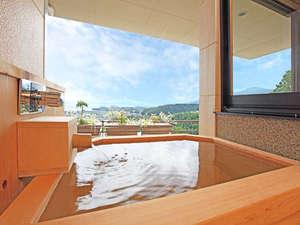 星のしずく檜露天風呂付客室:木の香り豊かな露天風呂からびわ湖を一望。