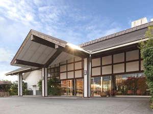 高台に建つ「里湯昔話雄山荘」の外観