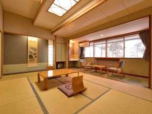 *本館和室(客室一例)/畳の香りがほのかに薫るお部屋で団欒のひと時をお過ごしください。