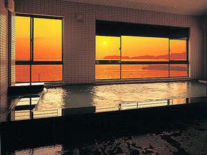 海に沈む夕日を眺めながら至福のひと時をお過ごしください。