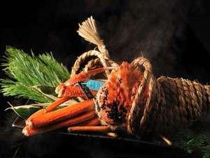 【冬の名物料理】活ずわい蟹のしめ縄蒸し。塩水に浸した縄を蟹に巻きつけて蒸し上げるダイナミックな一品