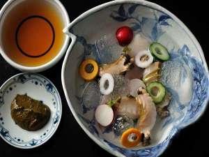 【夏の特別会席】氷水に浮かべたあわびの刺身を、肝だれや堅豆腐でつくった特製のたれで食べる逸品です