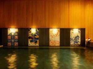 【大浴場】内風呂の壁面には伝統的な4つの様式で描いた九谷焼のアートパネルが組み込まれています