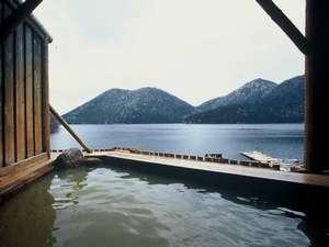 湖を一望できる湖畔露天風呂。湖に手が届きそう。