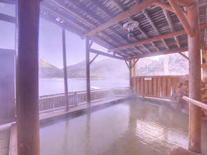 *露天風呂/湖にせりだした露天は、まるで湖に入っているかのような感覚をもたらしてくれます。