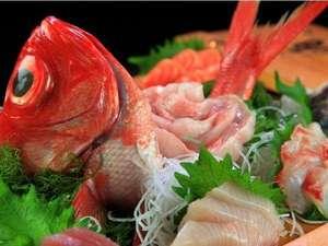 金目鯛の付いた舟盛り料理