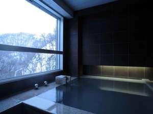 【客室展望風呂】全室に源泉を引き、名湯をかけ流しております。雪化粧の山々を眺めながら湯浴みを。