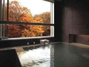 【客室展望風呂】紅葉の時期には、鮮やかな景色を眺めながら、源泉かけ流しの温泉をお楽しみいただけます。