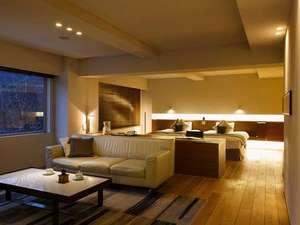 【スイート70平米】70平米の客室一例。ゆとりある空間に上質な家具を配した、モダンなお部屋です。