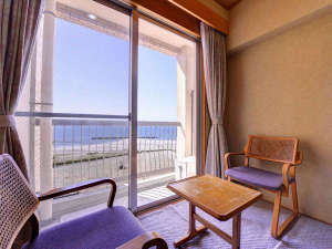 *和室8畳(客室一例)/窓辺に座り寄せる波を見ながら、のんびりとした休日をお過ごし下さい。