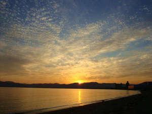 徒歩10分の七重浜海水浴場から見る夕日です