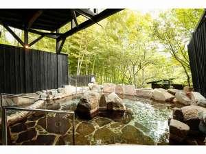 20畳ある貸切露天風呂は、一切加水や循環をせず、敷地内自家源泉を掛け流し続ける良質の温泉です。