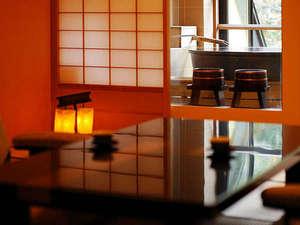 【萌黄】陶器のお風呂付客室。お風呂に入りながら四季折々の景色が見渡せます。