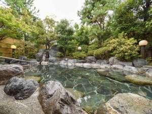 *露天風呂・源泉かけ流し100% 緑に囲まれた中で夜は星空の中でお湯をお楽しみいただけます。