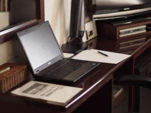 デスクワークにも最適!広々机とリラックスチェア