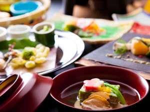 美食の宿の「季節の和懐石」、季節の味覚を見た目も美しくお楽しみいただけます。