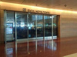 第2ターミナルとは扉一枚で直結。空港にいることを忘れる、落ち着きあるホテルへ。