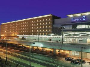 夜のイルミネーションに浮かぶホテル建物