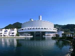 山麓に佇む白亜・湖上のホテル全観