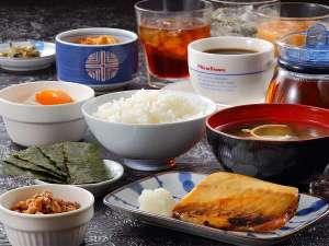 【和洋選べるおいしい無料朝食】ご宿泊のお客様には和洋選べる朝食が無料サービス(写真:和定食)