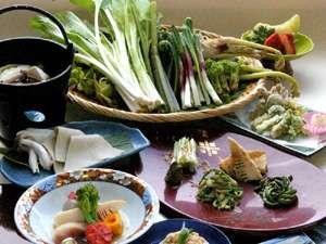 その日の朝に料理長が採ってきた山菜や、旬の素材を使用した地産地消のお料理を召し上がれ。