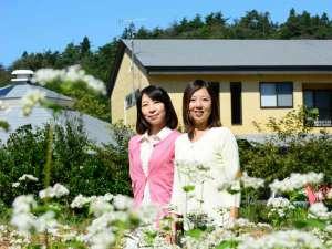 蕎麦の白い花に囲まれて「菜園散策」