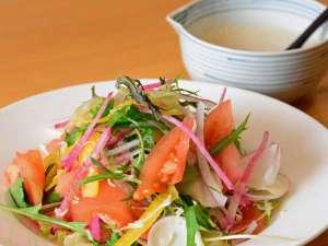 自家栽培の野菜の、賑やかな声が聞こえそうな「カラフルサラダ」 ご朝食で・・