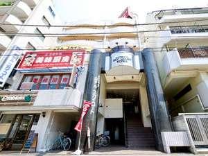 正面入り口。階段にて2階よりホテルになります。2階よりエレベーターあり。