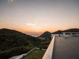 屋上テラスからの眺め 水平線に沈む夕日