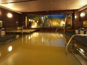 """伊香保でも数少ないの名湯""""黄金の湯""""が掛け流されている大浴場。"""