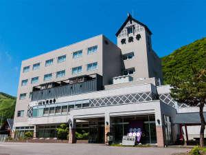 【ホテルの全景】道道小樽定山渓線沿い。緑に囲まれた自然豊かな環境。