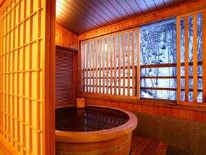 水入らずの客室展望風呂。冬の雪景色も情緒たっぷりです。
