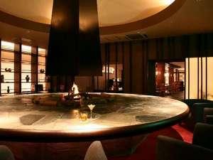 大きな円形の石テーブルが印象的な茶房&ギャラリー「古窓」。夜はカクテルをお楽しみいただけます。