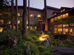 中庭から見た夕暮れのホテル外観