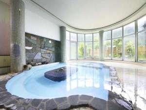 広々とした開放的な室内大浴場「石の湯」
