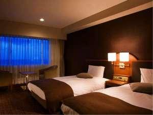 落ち着いた雰囲気のツインルームで心を癒し、ゆったり上質な時間を