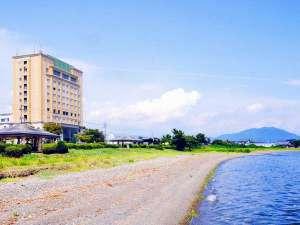 びわ湖畔に建つリゾートホテル。浜辺まで徒歩1分。