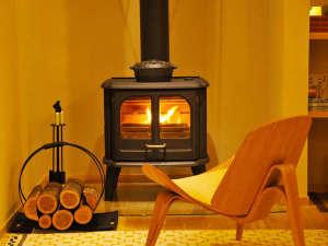 *冬には薪ストーブに火が灯ります。