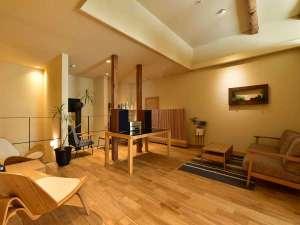 ジャズが流れる開放的な2階ラウンジスペース
