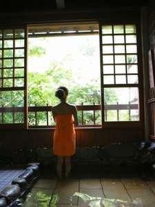 離れ入り口の「せせらぎの湯」、夜は貸切、朝は男女別の温泉浴場です。