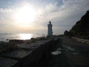 【伊良湖灯台】恋路ヶ浜までお車で約3分、駐車場より徒歩約15分。
