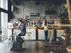 開放的なカフェ・バーラウンジ