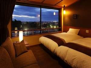 「峰の界」シャワー付客室からの夜景