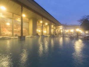 温泉気分がさらに盛り上がる、夜の露天風呂