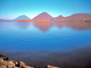 【洞爺湖・秋】~中島が赤々とした紅葉をまとう絶景~