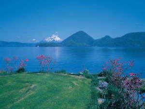 ★洞爺湖の夏景色~青々した湖の先には羊蹄山の雪冠が見える絶景~