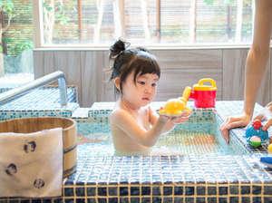 蓮の花をタイルで描いた赤ちゃん用のお風呂。ナノバブルシャワー、ベビーチェア、ベビーソープも設置。